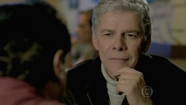 Cláudio seduz Felipe - Beatriz se preocupa com a estratégia do marido para conseguir provas contra Enrico