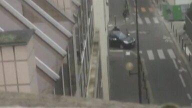 Imagem mostra terroristas se abraçando para comemorar atentado - Jornalista que trabalha em prédio do Charlie Hebdo filmou fuga dos terroristas após atentado a jornal.