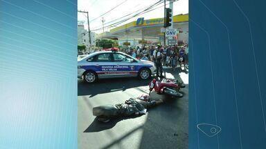Motociclista morre em acidente com ônibus na Carlos Lindenberg, no ES - Guarda disse que vítima ultrapassou sinal vermelho e foi atingido.
