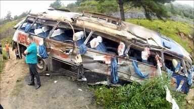 Acidente de ônibus mata nove pessoas em Santa Catarina - Ainda não se sabe o que causou o acidente de ônibus que matou nove pessoas e deixou 30 feridos em Santa Catarina. O veículo caiu de uma ribanceira. O acidente aconteceu na BR-282, no município de Alfredo Wagner.
