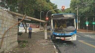 Ônibus bate em poste e deixa três feridos em Campinas - O motorista foi fechado por um veículo na Avenida Amoreiras e perdeu o controle.