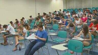 Estudantes fazem prova da 2ª fase da Unicamp em Campinas - Mais de 15 mil pessoas prestaram o exame. Foram duas redações e questões de português e de literatura.