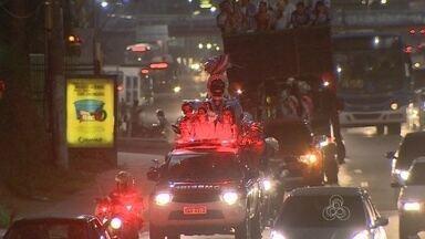 Kamélia chega a Manaus e abre oficialmente o Carnaval 2015 - Boneca recebeu a chave da cidade das mãos do prefeito Artur Neto.Após desfile em carro aberto, ela sambou junto ao público no Olímpico Clube.