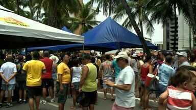Prévia carnavalesca da PM homenageia Edécio Lopes - Foliões dançaram ao som do frevo e de marchinhas de carnaval na Orla da Ponta Verde.