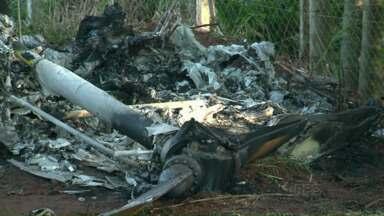 Passageiro que sobreviveu a queda de helicóptero segue internado em estado grave - O piloto morreu na hora. Acidente foi no sábado, no começo da noite. Seripa analisa as causas do acidente.