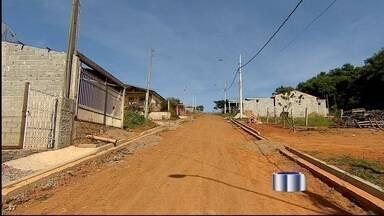 Moradores cobram asfalto no bairro do Barreiro em Taubaté, SP - Prefeitura informou que asfalto deve ser colocado em fevereiro.