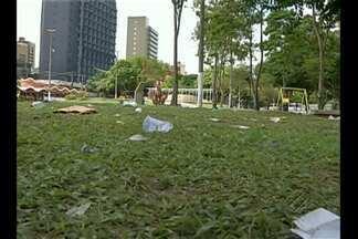 Sujeira toma conta da praça Waldemar Henrique, no centro de Belém - Visitantes ignoram as lixeiras colocadas no espaço. Uma equipe da Sesan esteve no local e fez a limpeza da praça.