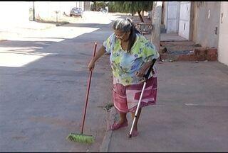 Moradores de Montes Claros reclamam da coleta de lixo e varrição das ruas - Segundo moradora do bairro Novo Horizonte, coleta de lixo é coisa rara.