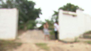Bandidos assaltam granja em Lagoa Seca, na Paraíba, e espancam vítimas - Assaltantes levaram carro da casa e capotaram veículo.