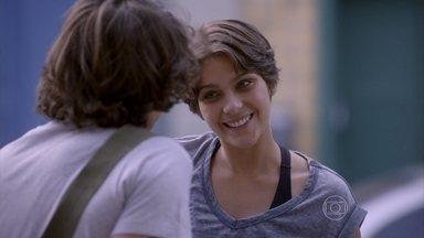 Karina agradece presente de Pedro - Pedro pede que a namorada esqueça a história de Vicki e Karina diz, mais uma vez, que não gostaria de ser enganada