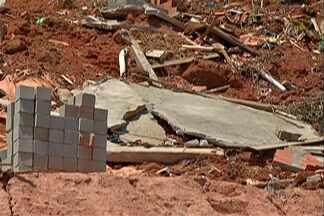 Moradores do Jardim Aeroporto se arriscam e voltam para casas interditadas - A Defesa Civil afirma que até hoje as casas correm risco de desabar.