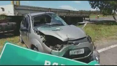 Caminhão e carro se envolvem em acidente próximo ao Trevo de Capivari, SP - O carro envolvido no acidente ficou danificado e o motorista de 72 anos ficou preso entre as ferragens. O senhor foi encaminhado para a Santa Casa de Capivari, mas não resistiu aos ferimentos.