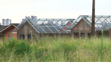 Casas do Residencial 2000 ainda não foram entregues em Guarapuava - As obras estão paradas há quatro meses. Em setembro do ano passado, o Paraná TV mostrou que muitas delas estavam sendo depredadas.