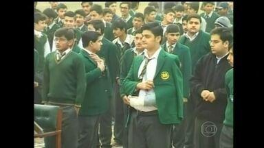 Cerimônia marca reabertura de escola atacada por rebeldes talibãs no Paquistão - Os sobreviventes recomeçaram as aulas em meio ao reforço na segurança, na cidade de Peshawar.