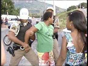 Motociclista preso após agredir cinegrafista paga fiança e é liberado em Valadares - Eel agrediu ainda duas pessoas que estavam em um carro, com o qual se envolveu em um acidente.