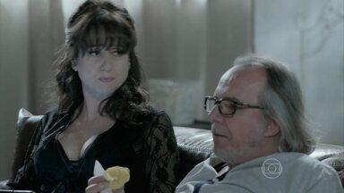 Magnólia fica furiosa com a falta de notícias sobre sua festa no blog de Téo - Ela manda Robertão tirar satisfações com Érika