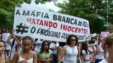 Famílias e moradores de Foz protestam contra mortes de Kiara e Loiva - Eles pedem rigor nas investigações sobre as mortes