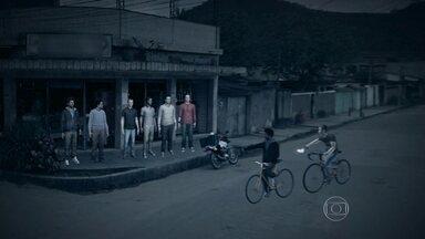 Seis jovens foram baleados em ataque de bandidos em Magé - Os feridos estavam num bar quando foram atacados. nos últimos dois dias, onze pessoas foram baleadas, e duas acabaram morrendo em outros casos de violência na Baixada Fluminense.