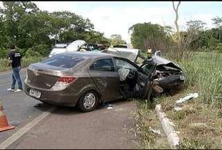 Acidente próximo a Pirapora deixa cinco pessoas mortas e duas feridas - Dois carros de passeio colidiram na BR-365.