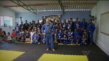 Professor de jiu-jitsu inspira comunidade em Guarujá - Com o desenvolvimento do esporte, Felipe Ferreira revela atletas na região
