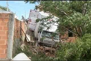 Caminhão invade casa, derruba muro e laje em Montes Claros - Caminhão atingiu sala e área, e os moradores estavam nos quartos.