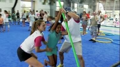 Fabiana Murer da clinica de salto com vara para criancas em Sao Paulo - Bi campea mundial da modalidade, Fabiana compartilhou o conhecimento com criancas da cidade