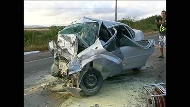 Colisão frontal na BR-423 deixa três pessoas mortas - Casal de Minas Gerais e condutor do outro carro morreram no local. Duas crianças, que podem ser filhas do casal, sobreviveram ao acidente.