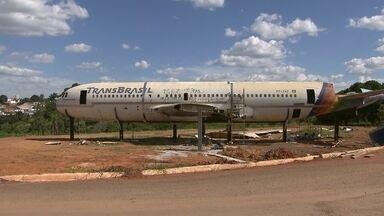 Avião desperta a curiosidade de quem passa por Taguatinga - A carcaça da aeronave está na chácara desde o ano passado. O local está sendo transformado em um restaurante que será inaugurado até março.