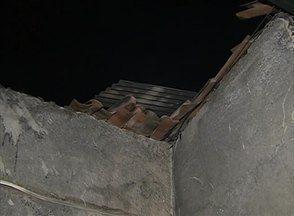 Homem teria incendiado casa após a mãe vender o imóvel, em Caruaru - Ela diz que, antes, filho tentou agredi-la e rasgou documentos do novo dono.Equipe da Polícia Militar realizou diligências, mas não encontrou o suspeito.