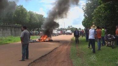 População da cidade de Apuí-AM protesta e pede melhorias no serviço de telefonia - Pneus foram queimados durante ato.