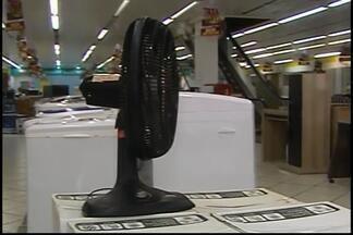 Calor aumenta as vendas de ventiladores e umidificadores em Araxá - Média de temperatura em Araxá tem sido de 33ºC.Trabalhadores do setor comemoram aumento.