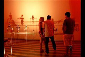 Exposição contemporânea mistura imagens, luzes e música, em Belém - A mostra que exibe diferentes linguagens é o resultado de trabalhos de artistas paraenses.