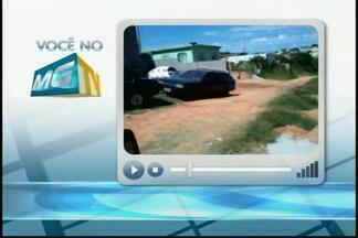 VC no MGTV: Moradores reclamam de buracos e mato alto em rua de Divinópolis - Os moradores da Rua Iraque, do Bairro Paraíso, também reclamam da falta de sinalização. Prefeitura de Divinópolis prometeu fazer vistoria emergencial.