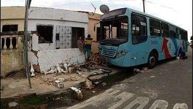 Muro da casa onde ônibus desgovernado bateu está destruído nesta manhã - Uma mulher morreu no acidente.
