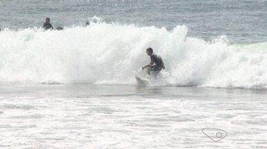 Fotógrafo registra cenas de surfistas dentro do mar, no ES - Com uma câmera dentro d'água, ele procura registrar o melhor momento de cada atleta na onda.
