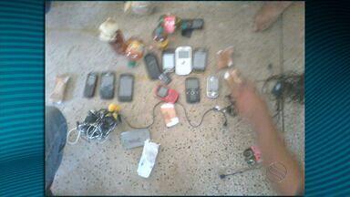Homem é preso quando jogava celulares e bebidas dentro de presídio - Homem é preso quando jogava celulares e bebidas dentro de presídio.