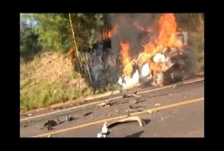Motorista morre carbonizado após acidente entre carro e ônibus em Bernardino de Campos - Um homem morreu carbonizado depois que o carro em que estava pegar fogo após uma colisão com um ônibus em Bernardino de Campos (SP). O acidente foi na Rodovia Raposo Tavares (SP-270) na tarde desta sexta-feira (16).