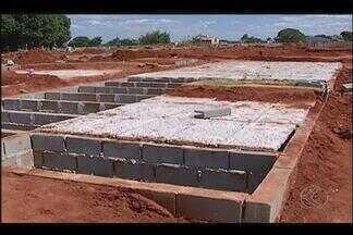Covas abertas em cemitério de Uberlândia incomodam parentes - Sepultamentos realizados do fim de dezembro estão com as covas duplas tampadas pela metade. Segundo o assessor da Secretaria Municipal de Serviços Urbanos, na segunda-feira (19) essa situação já será regularizada.