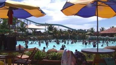 Parques aquáticos ficam lotados com esse calorão - Muita gente só quer saber de ficar dentro d'água para se refrescar