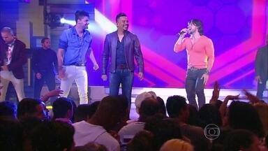Munhoz brinca: 'Acho que o Mariano era gogoboy' - Dupla divide o palco com Sorriso Maroto e cantam 'Camaro Amarelo'