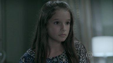 Bruna flagra Danielle escutando a gravação de uma conversa com José Pedro - A menina reclama do envolvimento da mãe com Maurílio