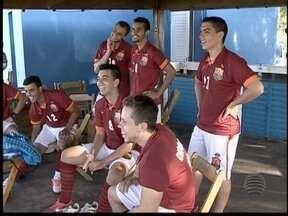 Amigos formam time de futebol para participar de campeonato amador - Além dos jogos, grupo se reúne para um churrasquinho.