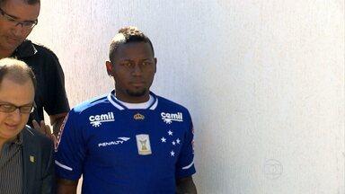 Cruzeiro apresenta o colombiano Riascos - Atacante é apresentado na Toca da Raposa II, agradece a chance de jogar pela equipe celeste, e já mira a Libertadores.