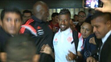 Torcida do Flamengo lota aeroporto de Manaus na madrugada para receber o time - Equipe enfrentará Vasco e São Paulo em torneio amistoso.