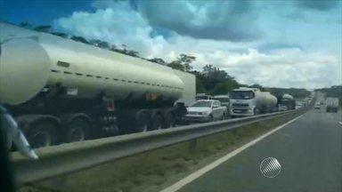 Motoristas enfrentam engarrafamento na BR-324 - Segundo a polícia, lentidão é causada por obras na pista.