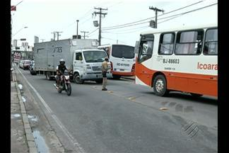 Bate boca entre motoristas atrapalha o trânsito na avenida Arthur Bernardes, em Belém - A discussão começou depois que um ônibus bateu em um carro de passeio.