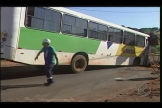 Rompimento de adutora compromete abastecimento em Ituiutaba - Asfalto cedeu e trânsito teve que ser interrompido. SAE já começou trabalhos no local.