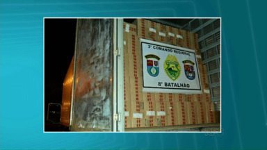 Polícia apreende 950 caixas de cigarros contrabandeados em Paranavaí - A carga estava dentro de um caminhão que seguia pela BR 376