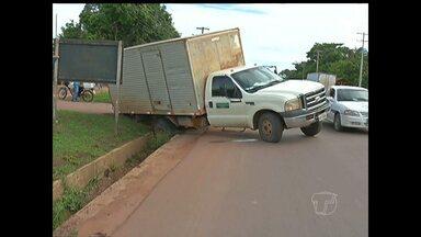Caminhão cai em galeria na BR-163, em Santarém - Ninguém ficou ferido.