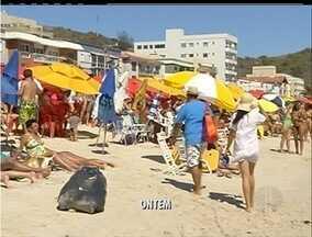 Prefeitura de Arraial, RJ, diz fiscalizar barracas da Prainha - Comerciantes monopolizam espaço.